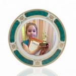 белая тарелка с зеленым орнаментом с нанесением фотографии